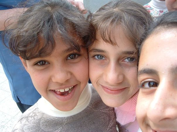 800px-Iraqi_girls_living_next_to_Daurra_Oil_Refinery_in_Iraq