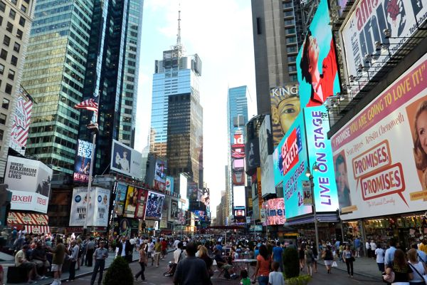 crowds_walking_Broadway_NYC_2010