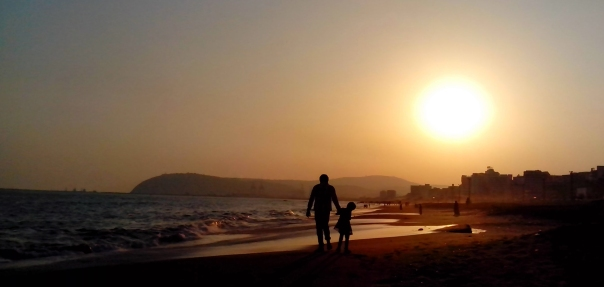 Father_and_Daughter_at_RK_Beach_in_Visakhapatnam